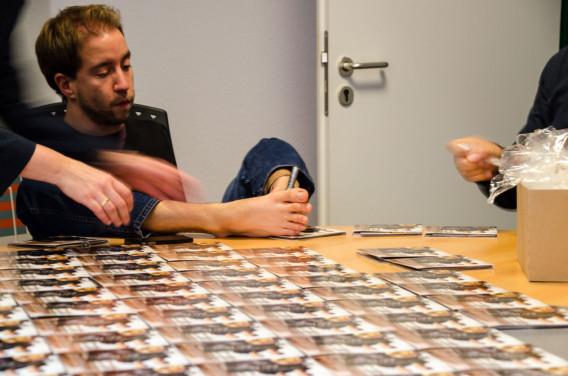 Felix Klieser beim Signieren seiner CDs