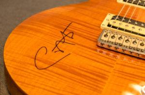 Die Santana-Unterschrift auf der Wettbewerbsgitarre